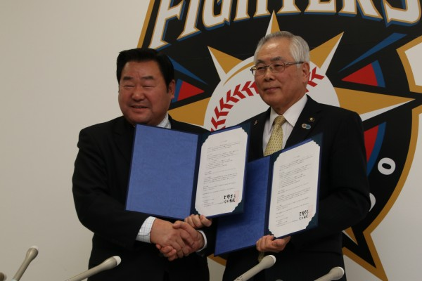 Photograph that the mayor and president shake hands having agreement