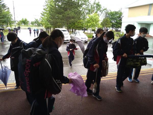雨の日の登校の様子から | 北広島市立東部中学校